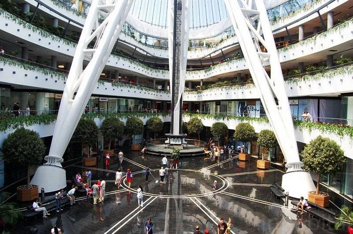 Здесь помимо магазинов одежды есть дино парк (4 этаж, игровой центр fame city), кинозалы star cinema